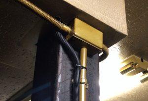 天井裏での警報器配線工事